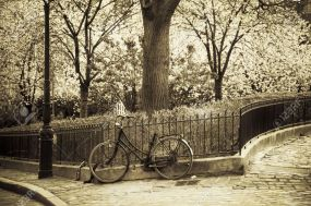 25131185-old-bicycle-in-montmartre-paris-france-stock-photo