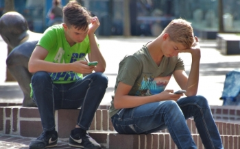boys-using-smartphones-680x425